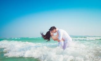 Em đi chân trần lên nền cát láng mịn, có chút khó đi nhưng em đã quen với cảm giác này rồi. Em được sinh ra ở làng chài ven biển, cái nắng ấm áp lúc nào cũng sản sinh ở nơi đây. Em mỉm cười sãi từng bước đi nhẹ nhàng, em dừng lại và ngồi xuống một nơi khuất nắng để ngắm biển, lâu rồi em không đến đây em nhớ cái mùi mằn mặn và cái cảm giác khoan khoái khi hít thở hương vị đặc trưng của biển. Em nhìn từng đợt sóng vỗ về ôm lấy bờ cát rì rào hát khúc tình ca khiến em bỗng dưng nghĩ về anh – người đã kể cho em