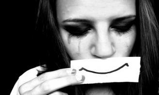 Stt tâm trạng tại sao cứ phải cố gắng gượng cười và giả vờ mạnh mẽ hả cô gái ?