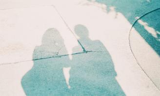 Status buồn Có một mối quan hệ tưởng chừng như bền vững, nhưng kỳ thực lại mong manh vô cùng