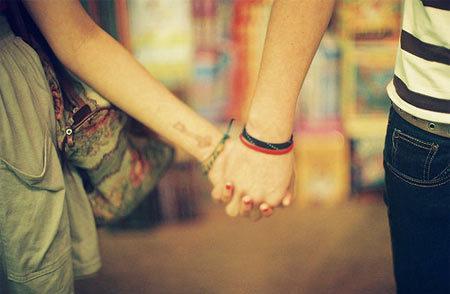 Hai đứa nắm tay nhau bước đi trên 1 con đường